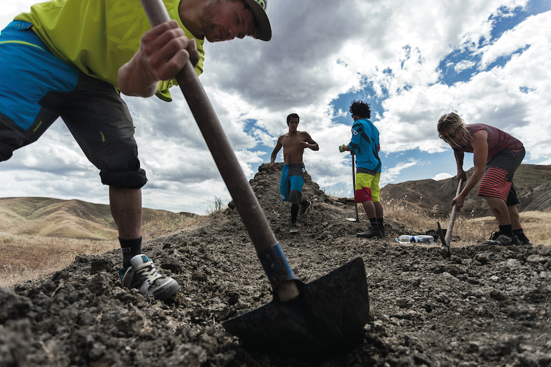 ION athletes building - ION Flare women and Scrub men freeride line combis for 2014