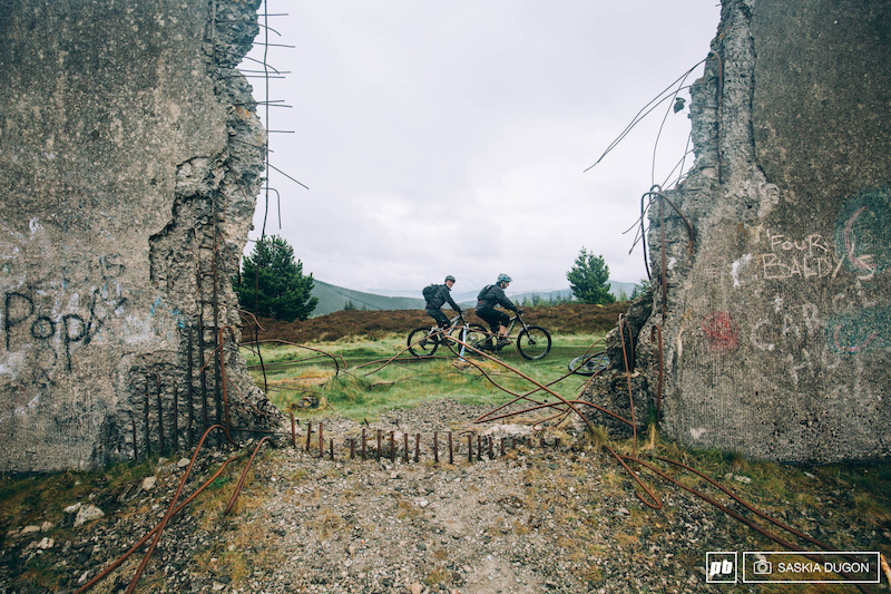 The pedal up to stage 5 passed an abandoned building covered in grafitti and looking out onto the beautiful Scottish landscape.