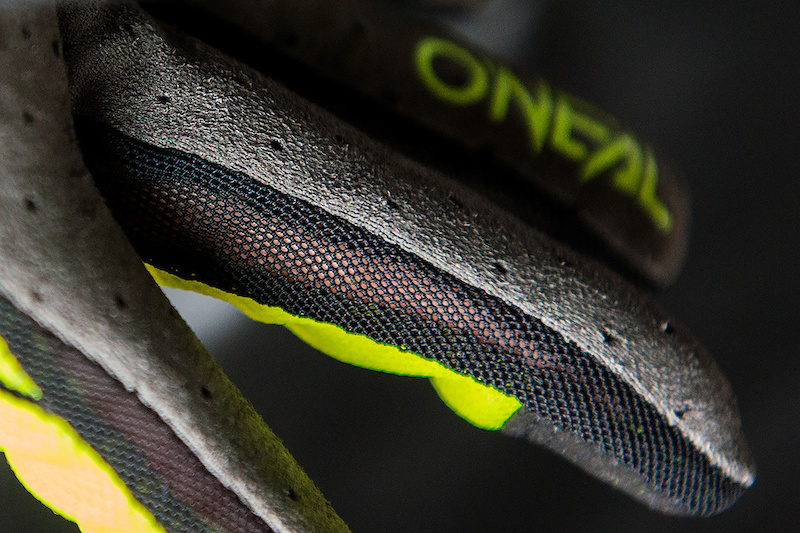 Super lightweight with great freedom-of-movement the perfect choice for maximum feel and bike control.