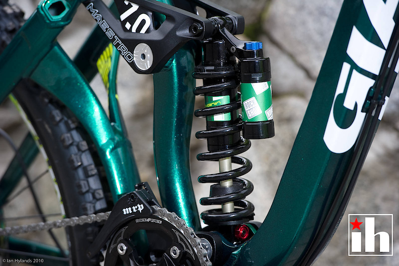 Giant's dual link Maestro suspension is found throughout their range, including the Faith. The design uses two short and stiff links that create a virtual floating pivot.