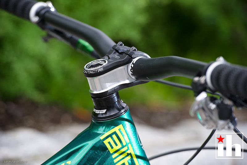 A tapered headtube up front, along with Giant's burly Contact FR stem.
