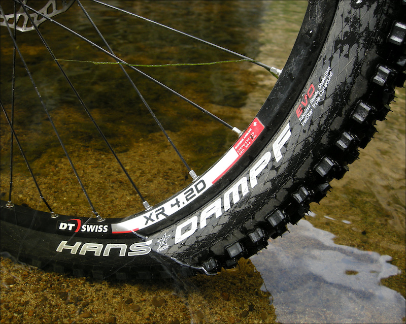 While Schwalbe designed the Hans Dampf to suit drier conditions, the spiky tread pattern shreds loamy trails.