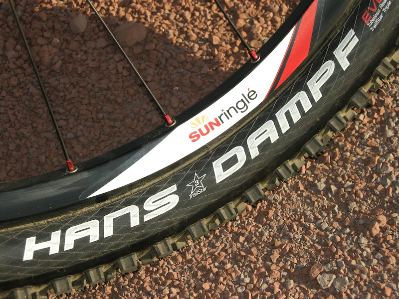 Mounted to wider freeride/AM rims, the Hans Dampf casing measures a full, 2.35 inches and the tread pattern fills out a bit.