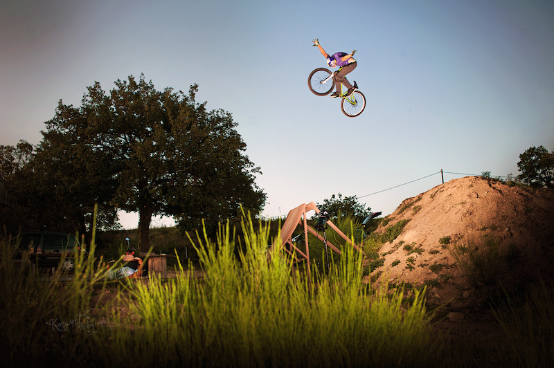 Szymon Godziek tripped to France with his Dartmoor Cody to meet Yannick Granieri and Thomas Bibiloni at his backyard near Lyon. Great 360 nohander here. Photo by Kuba Konwent - http konwent.fotolog.pl . http dartmoor-bikes.com