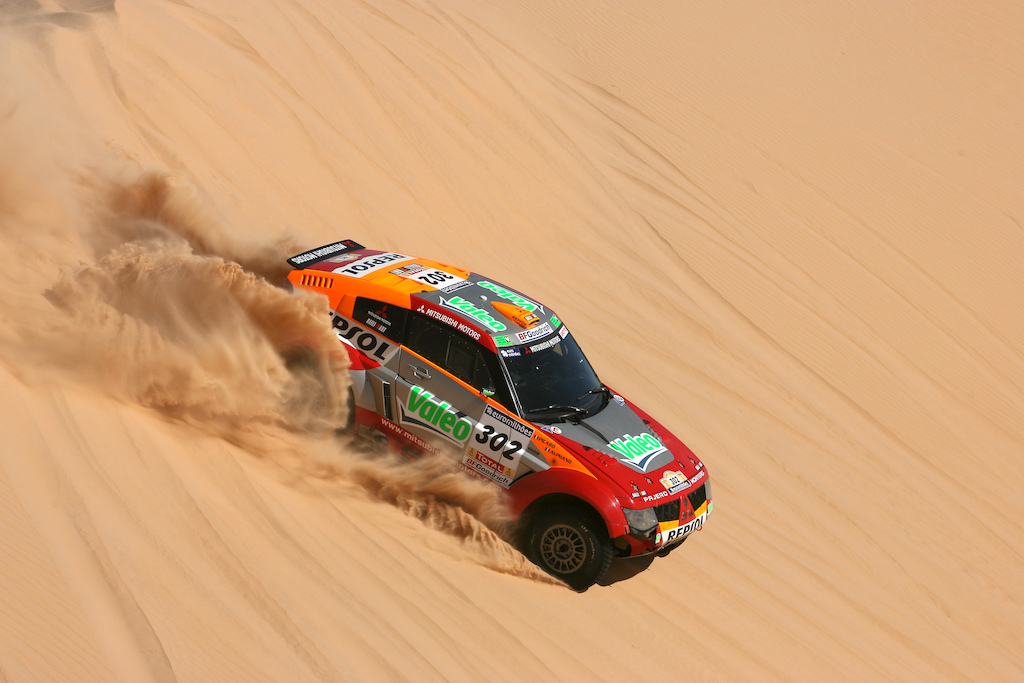 Bos-equipped Mitsubishi on the Paris-Dakar.