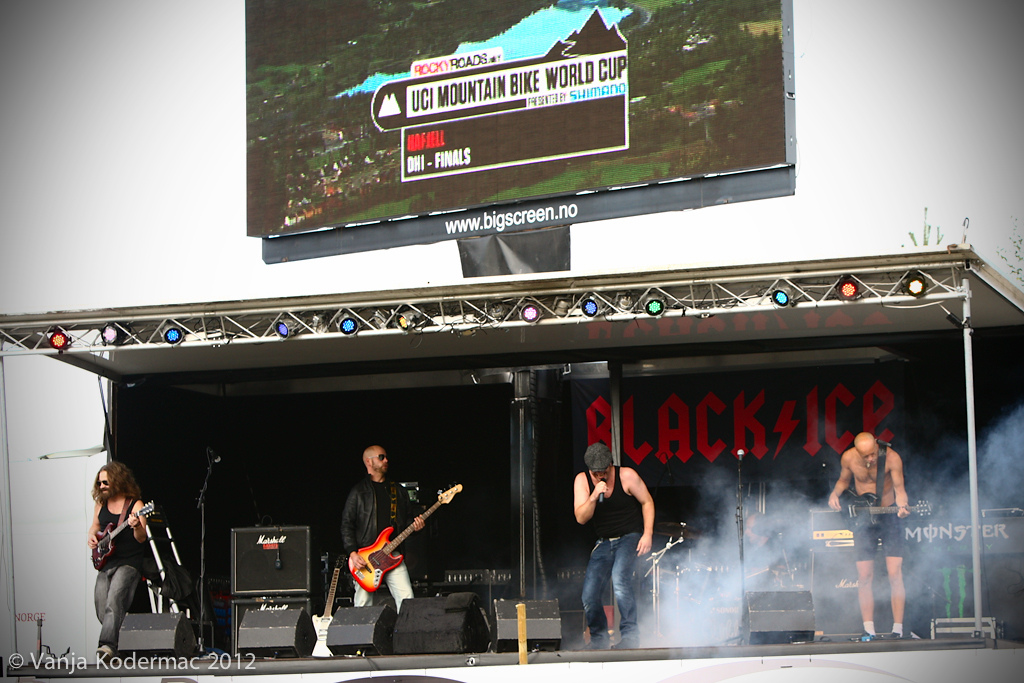 All kind of cover bands here in Hafjell AC DC Guns n roses you name it...