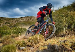 Un Especialista en Cross Country Corriendo Enduro