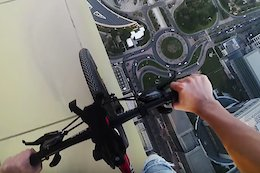 Video: Riding on the Edge of a Dubai Skyscraper