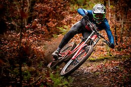 Commencal/Vallnord DH Team Signs with Enve & Bell