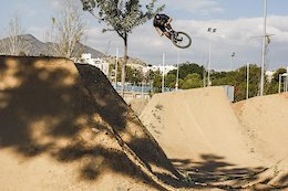 Video: Endlessly Smooth Dirt Jump Session in Malaga, Spain
