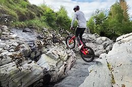 Video: Duncan Shaw Rides Natural Trials on River Side Rocks