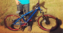 26 player with, 831, avid elixir 5, Fire red straitline pedals and stem. Black atlas fr bars , red atlas cranks with raceface single chainring 32t in black, crossmark tires with dartmoor fortress rims laced to a hope 15mm frount hub in black and a rear octane SS pro hub in black with dt swiss spokes.