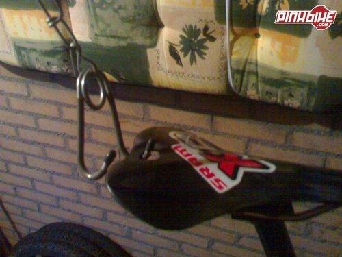 Gat in gestripte SLR zadel om de bike op te hangen.
