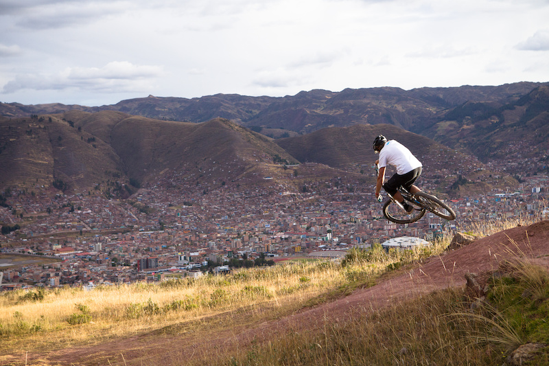 The last part of the ride was nothing short of epic views with flowing trails overlooking Cusco. AT squeezing in some fun before dropping into the city streets. 7