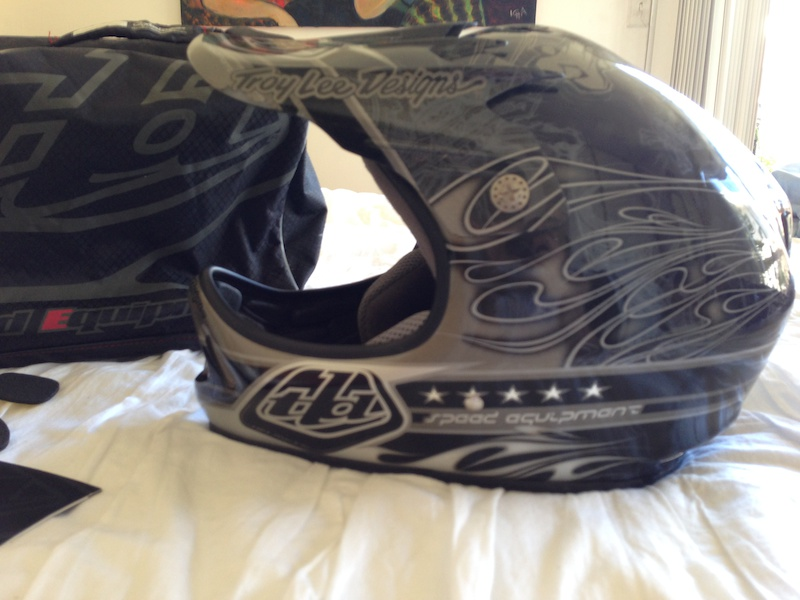 2010 Troy Lee Designs D2 Carbon Fiber Piston Full Face Helmet For