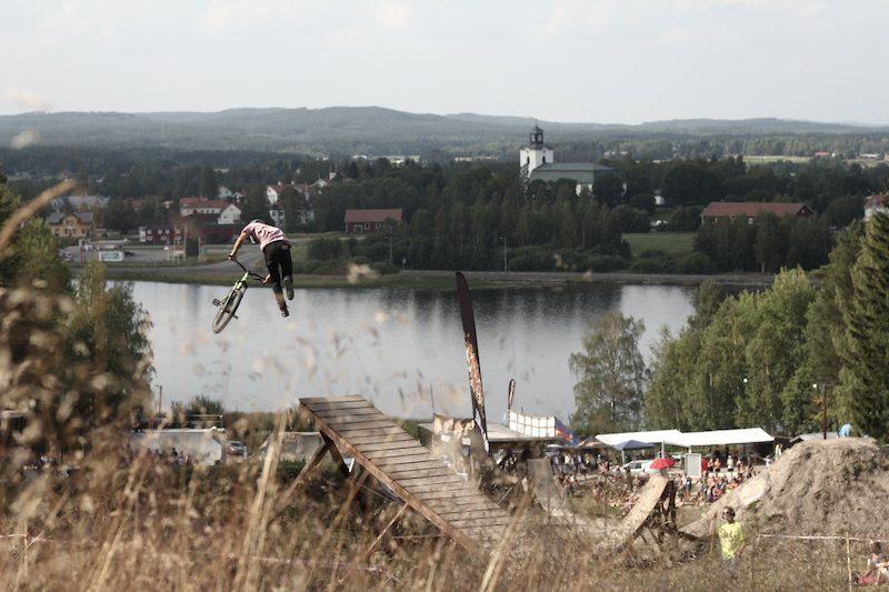 Tailwhip boner looking over the town of alfta