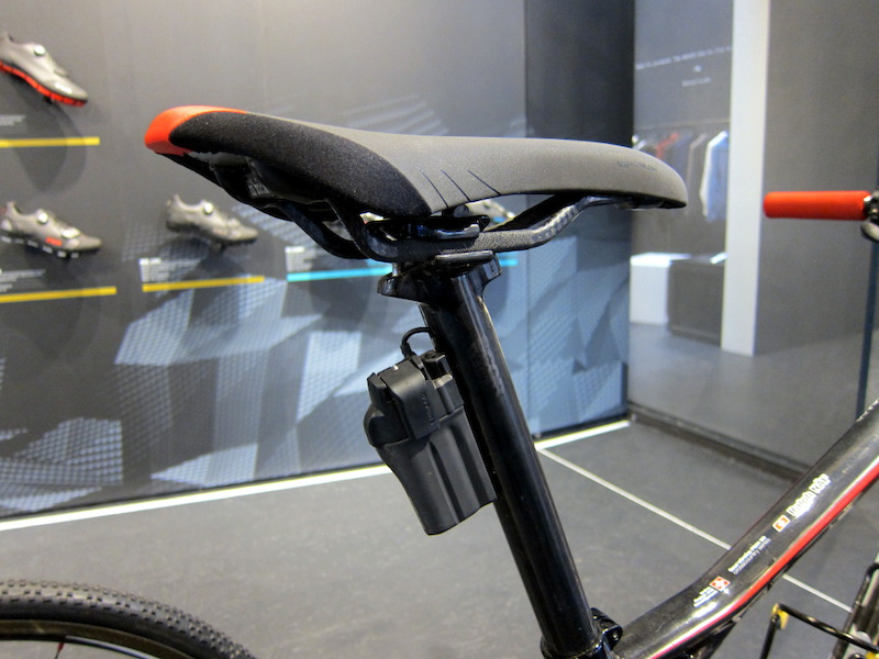 Ralph Naf s BMC Four Stroke FS01-29 also uses electronically controlled Fox iCD suspension with internal wiring. The Fox system shares the same battery and wiring as Shimano Di2