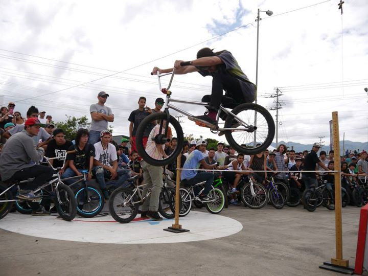 Yesterday at the International Bmx Day...  80cm haha love this pic