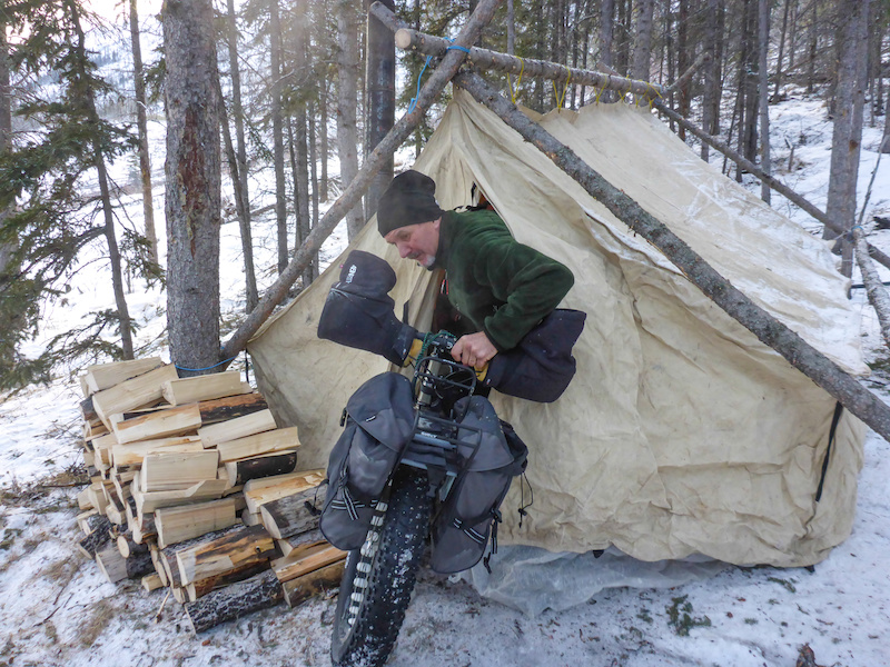 Enrico Ghidoni of Italy attempts to warm his freehub in wall tent. It didn t work.