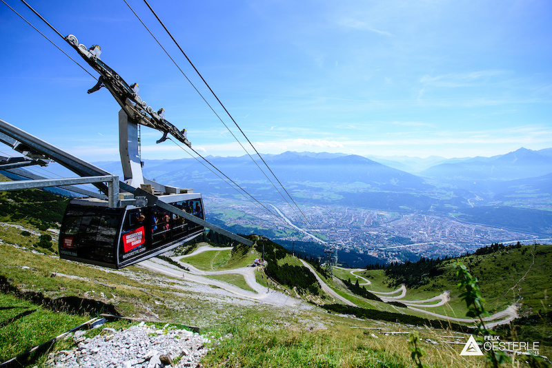 The start ist just slightly lower than the upper station of the cable car giving the riders a full kilometer 1030m of vertical descent always with a beautiful view across the Inn Valley.