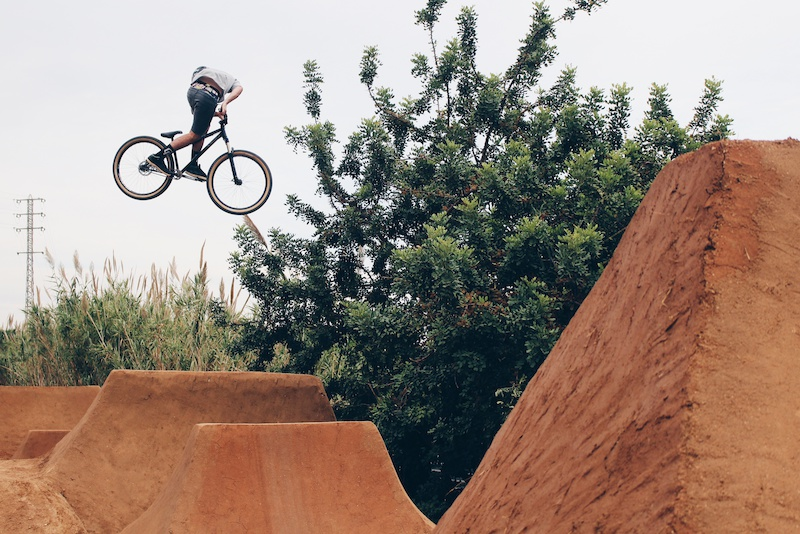 Cris Rodriguez trail bossing. photo by Alex Domingo instagram Alexdomingou