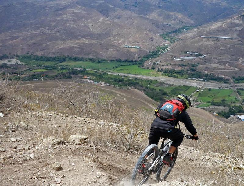 The La Paz downhill starts from the caserio/mountain village of Portetillos. The track descends 1700+ m to the small village of Sulupali in the Yunguilla valley.
