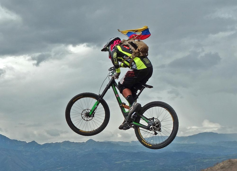 The La Paz downhill starts from the caserio mountain village of Portetillos. The track descends 1700 m to the small village of Sulupali in the Yunguilla valley.