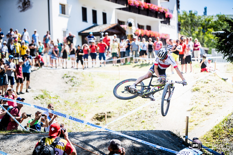 Riding into his last lap, proving his confidence, Schurter whips it up.