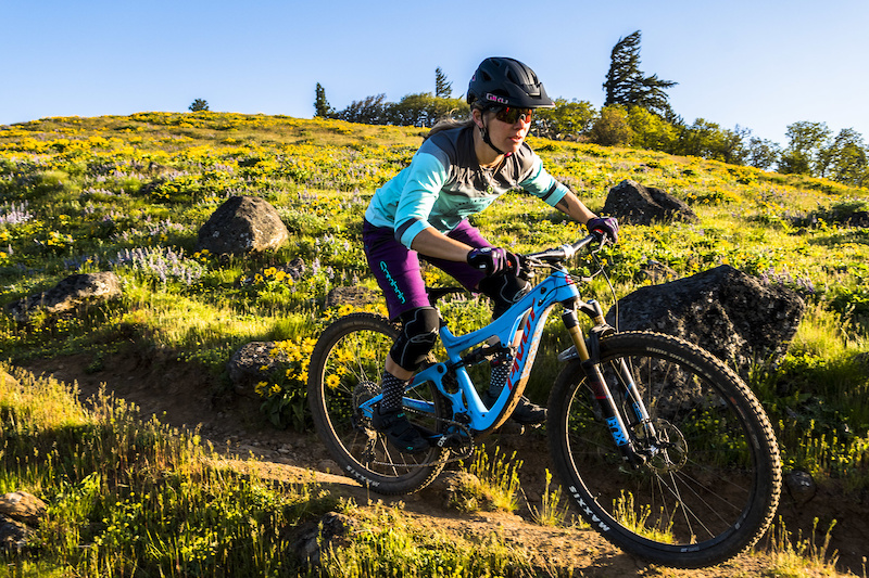 Summer Apparel Roundup - 8 Women s Kits Reviewed - Pinkbike 286bd135e