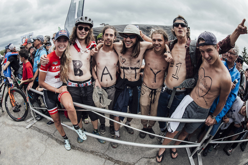 Emily Batty poses with fans at UCI XCO World Cup in Mont Sainte Anne Canada on August 6th 2017 Bartek Wolinski Red Bull Content Pool P-20170807-00181 Usage for editorial use only Please go to www.redbullcontentpool.com for further information.