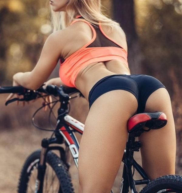 can't wait for this fashion to hit the trails ... Loulou lemon bike apparel ? Happy New year !