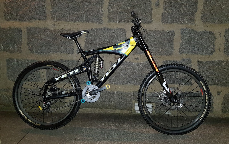Yeti Lawwill DH9 Avalanche Marzocchi Shiver DC Manitou Swinger Ti coil Hope Mono 6ti 225 205mm discs XTR-M952 BB crank shifter mech Avid Rollamajig MRP Yeti rollers Hope headset Mavic D321 on 20mm front amp rear hubs Thomson post Charge saddle RaceFace bar ODI Yeti grips.