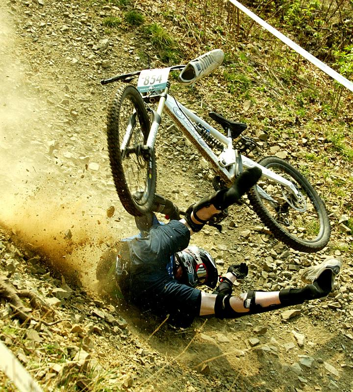 lewis crashes hard at the sda 1st round. badly winded but he walked away after treatment.