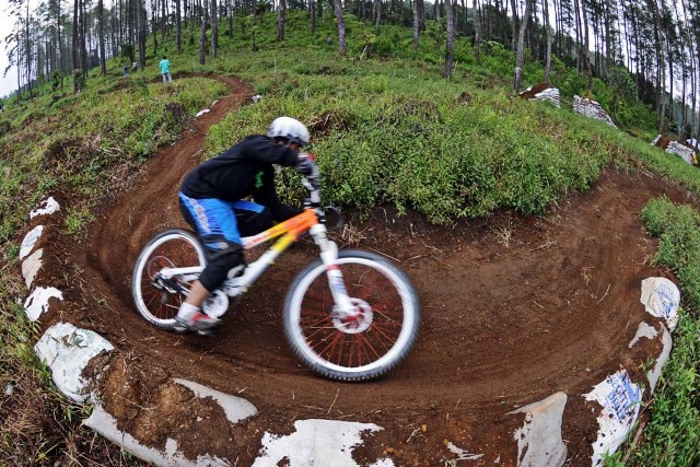 fisheye (10.5mm) shoot of the berm practice. specialized sxtrail - this time with supertacky compound.