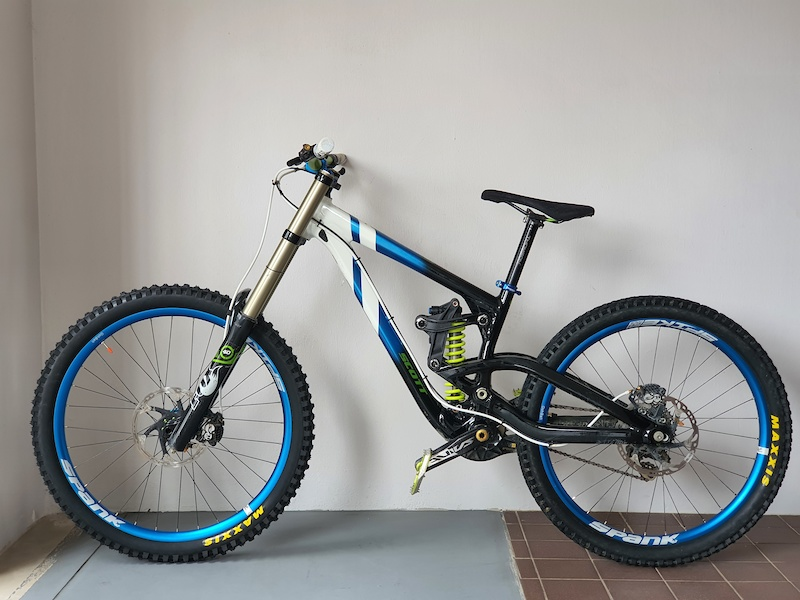 27.5 wheel on a 26 Fox40 Fit RC2 from 2013. Looking good.