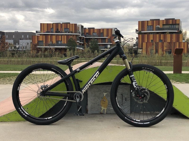 Airdrop Fade frame Fox 34 Evo fork Halo T2 wheels Kenda Small block eight tires Truvativ Descendant crankarms Race face chainring 26T Crankbrothers Stamp2 L Special edition Gusset Slink chain Magura MT7 brakes Chromag saddle Spank Spike race stem Renthal fatbar handlebar