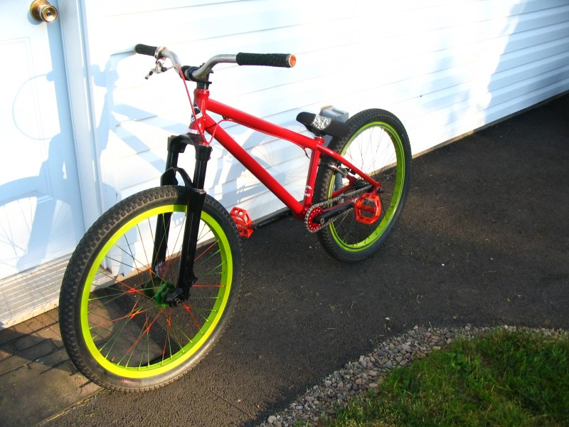hmm, sanded my bars down, new seat and post and painted my wheels..