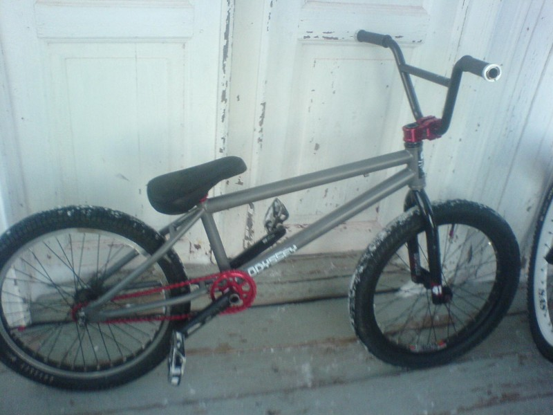 Kinkbikes whip, now with wedgepost, simple studio54- 7,75 bars and oddyssey racefork. Lock on grips because it´s snow here and the grips gets loose