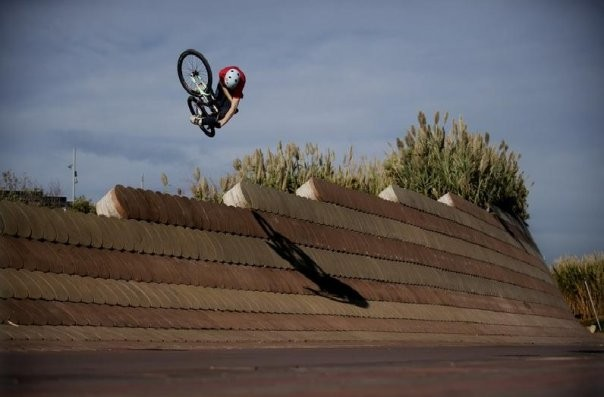 Fantastic pic of Martin Söderström throughing a hudge in-vert tabletop some where in barcelona!