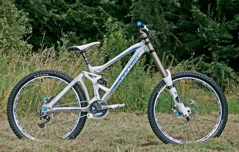 new 2010 mondraker summum DH Pro Team , the weight in this photo  is 14,8 kg !!!!