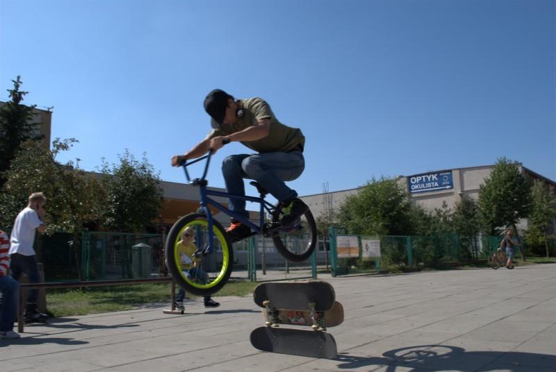 Bunnyhop above skateboards.  Photo by Szczepan-Gd.