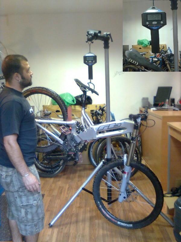 """Любо """"Бирата"""" се пули на теглото (18.280кг) - колелото е оборудвано без компромиси и без преоскъпени части (е може би само седалката :) )  Двойностенни гуми с вътрешни, метални пружини във вилката и на амортисьора и т.н."""