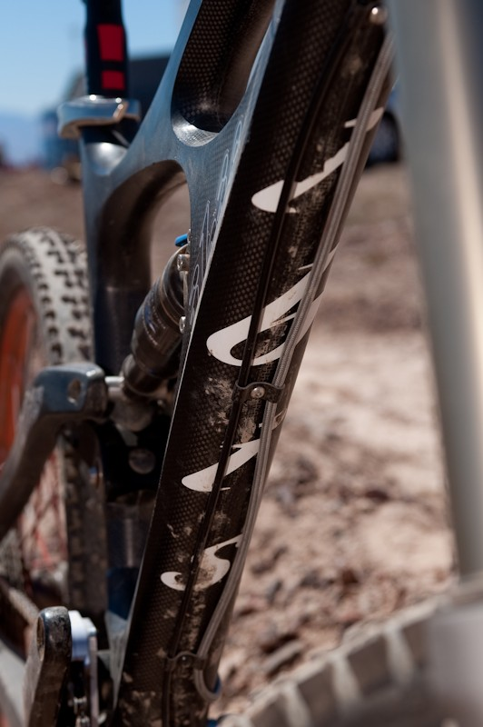 The HD runs full length cable housing. Rear brake and rear derailleur run on the down tube, <br> and there will be a cable guard made of foam-backed polycarbonate.
