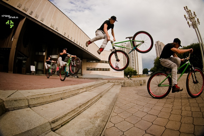 Alexey riding Moscow streets. DARTMOOR-BIKES.COM. Photo by Chipp.