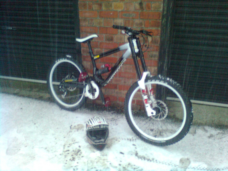 My new commencal supreme DH with Ethirteen chain guide and THE one helmet in the snow :D