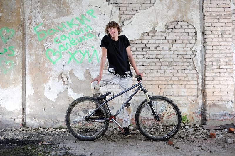Alexey just assembled his new Cody. Congratulations !!! dartmoor-bikes.com