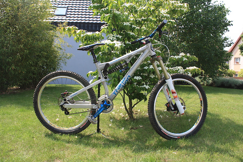 My new Transition Blindside, size M, raw Bos Ndee, Fox dhx5, Chris king hubs and headset, Race face atlas fr, Foride st45, Elixir cr, Thomson masterpiece, ... Coming soon: fox40 rc2 2011, fox rc4 Changed since the picture: Mavic ex823 painting in white