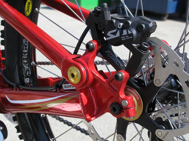 Updated hardware holds together the new clevis type dropout pivots - stiffness and additional bearing life are the goals. I for one am happy to see a standard thru-axle on the back. Note the replaceable pinch bolt inserts as well.