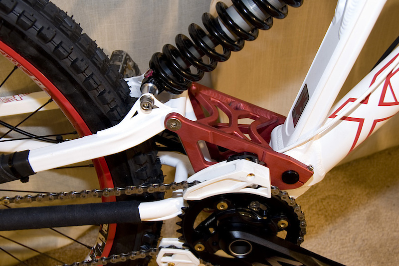 Close up of the lock on linkage plate and tons of tire clearance with the rear chromo triangle.