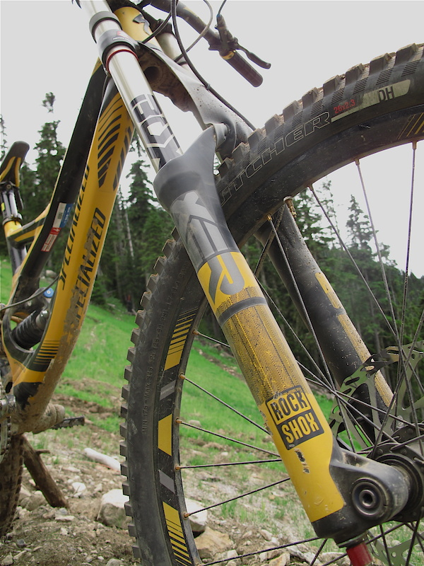 The Demo 8 1 comes with a coil sprung Boxxer Race fork with color matched decals stock.